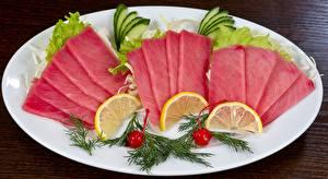 Фотография Морепродукты Рыба Лимоны Укроп Тарелке Нарезанные продукты Tuna