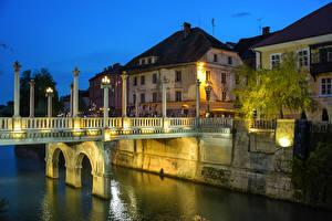 Обои для рабочего стола Словения Любляна Дома Речка Мост Ночь Уличные фонари Города