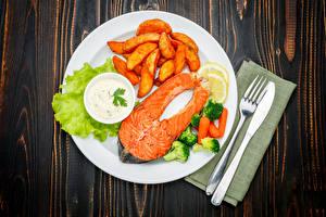 Фотографии Вторые блюда Рыба Картофель фри Овощи Ножик Лососи Доски Тарелке Вилки Продукты питания