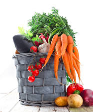 Картинки Овощи Морковка Картошка Томаты Белом фоне Корзинка Пища