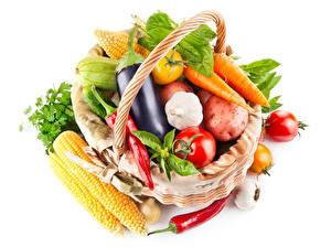 Картинки Овощи Кукуруза Баклажан Помидоры Морковь Чеснок Острый перец чили Белый фон Корзины Продукты питания