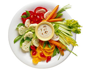 Фото Овощи Перец Морковка Белом фоне Тарелке Нарезка