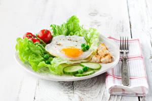 Фотография Овощи Томаты Доски Завтрак Яичница Вилка столовая Пища