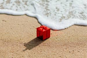 Обои Волны Подарков Красные Песок Пена Коробке