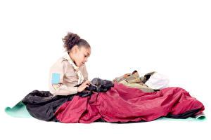 Обои Белом фоне Девочки Сидящие Фотокамера Негр Скаута ребёнок