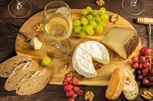 Обои Вино Виноград Сыры Хлеб Орехи Разделочная доска Бокалы Еда картинки