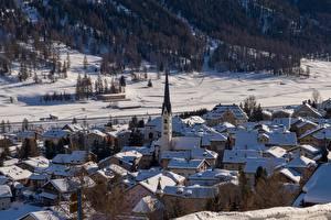 Обои для рабочего стола Зима Дома Церковь Швейцария Снег Село Zuoz, Engadine, Graubünden город