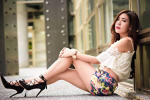 Фотография Азиатка Размытый фон Взгляд Ног Красивая Туфель Сидящие Юбке молодая женщина