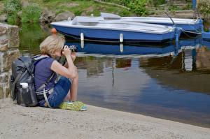 Фотография Лодки Блондинки Фотограф Рюкзак Сидящие Девушки