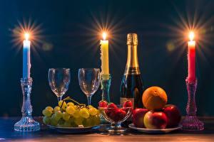 Фотография Свечи Пламя Шампанское Фрукты Виноград Клубника Яблоки Бутылки Бокалы Еда
