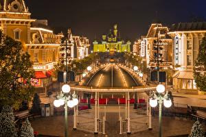 Картинка Китай Гонконг Диснейленд Парки Дома Вечер Дизайна Уличные фонари Скамья Города