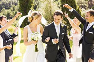 Обои Влюбленные пары Мужчина Букет Свадьба Жених Невеста Улыбка Радость Руки молодые женщины