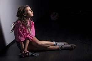 Обои Дредлоки Фотомодель Ног Сидящие Молодая женщина Девушки