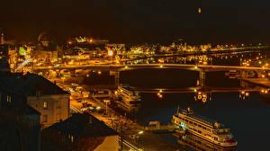 Картинки Германия Здания Речка Мост Пирсы Речные суда В ночи Bernkastel-Kues Города