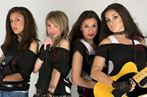Картинка Взгляд Микрофоны Гитары Четыре 4 молодая женщина