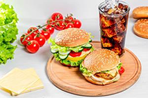 Фото Гамбургер Томаты Сыры Напиток Кока-кола Разделочной доске Стакане Пища