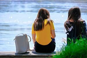 Картинка Сумка Скамья Две Шатенки Сидящие Сзади молодая женщина