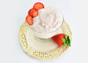 Обои для рабочего стола Мороженое Клубника Белом фоне Тарелке Пища