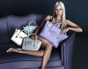 Картинки Леди Гага Сумка Сидя Диване Ноги Блондинки Поза молодая женщина Девушки