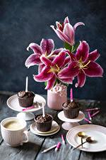 Фото Лилии Капкейк кекс Свечи Кофе Капучино Ваза Тарелке Чашка цветок