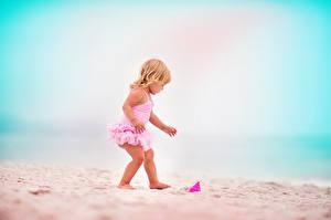 Фотографии Девочка Пляжи Песка ребёнок