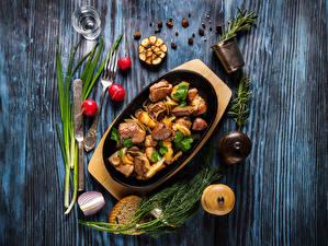 Обои Мясные продукты Ножик Редис Укроп Хлеб Перец чёрный Доски Вилки Рюмка