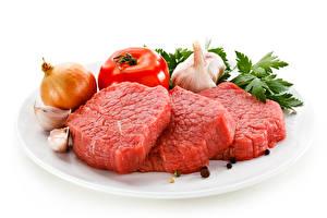 Обои Мясные продукты Лук репчатый Помидоры Чеснок Перец чёрный Белым фоном Тарелке Beef