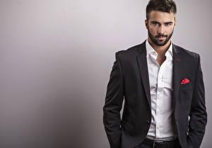 Картинки Мужчина Сером фоне Смотрит Рубашке Костюме Красивый Бородатый