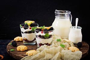 Картинка Молоко Десерт Печенье Ежевика Разделочной доске Кувшины Стакане Сливками