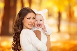 Фотография Мама Шатенка Младенцы Улыбается Двое Взгляд молодые женщины Дети