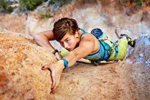 Фотографии Альпинизм Скале Альпинист Шатенки Руки Девушки Спорт