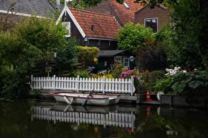 Картинка Голландия Здания Пристань Лодки Ограда Кустов Edam Города