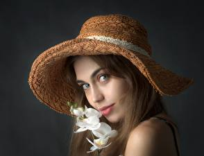 Обои Орхидея Сером фоне Шатенка Шляпы Смотрит девушка