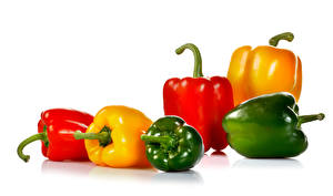 Картинки Перец Белом фоне Разноцветные Пища