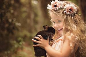 Фотография Кролики Девочка Волос Венком Улыбка Руки Смотрят Дети