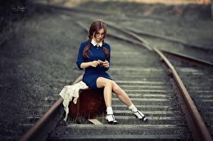 Обои Железные дороги Ноги Сидит Чемоданы Красивая Шатенка Anna Shuvalova молодые женщины