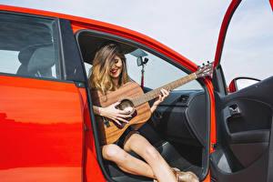 Картинка Улыбка С гитарой Сидящие Руки девушка