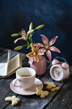 Фото Натюрморт Часы Лилии Кофе Печенье Доски Ваза Чашке Бутон Продукты питания Цветы