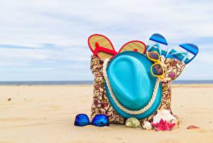 Картинка Лето Сумка Ракушки Пляже Песок Шляпы Вьетнамки Очках