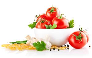 Фотография Помидоры Грибы Перец чёрный Белым фоном Макароны Миска Продукты питания