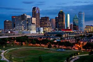 Картинка Штаты Дома Дороги Вечер Газон Уличные фонари Dallas город
