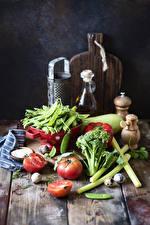 Фото Овощи Помидоры Горох Доски Разделочной доске Яйцами Пища
