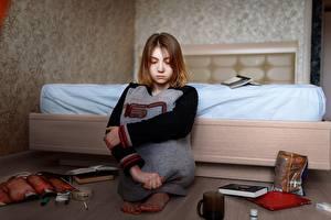 Картинки Одинокая Сидя Грустный Кровати Шатенка Vlad Pekov Девушки