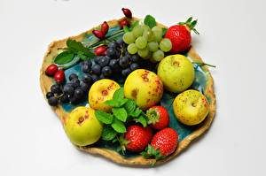Фото Яблоки Виноград Клубника Белым фоном Шиповник плоды Пища