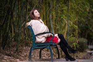 Обои Азиаты Скамейка Шатенки Сидящие Ноги Сапогах Шуба молодые женщины