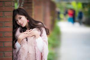 Фотография Азиатки Боке Улыбается Позирует Рука девушка