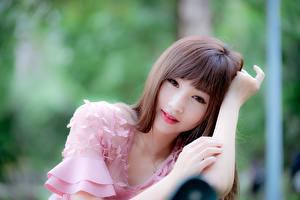 Картинки Азиаты Милые Взгляд Боке Руки Шатенки девушка