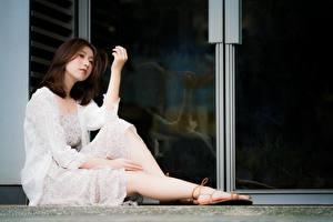 Фотография Азиатки Платье Милая Сидящие Ноги Поза Девушки