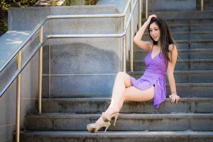 Фотография Азиатка Платье Ноги Сидит Брюнетки Красивая Лестницы Туфли девушка