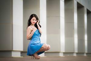 Обои для рабочего стола Азиатки Платье Поза Милые Брюнеток Боке Сидит Девушки